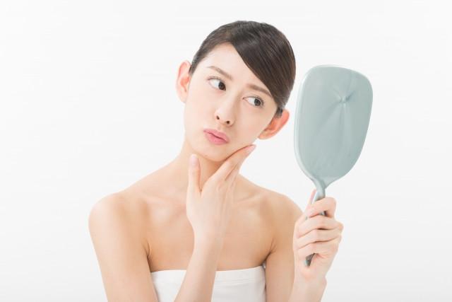 顎の痛みに悩む女性の画像